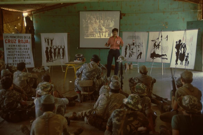 Sesión de difusión del derecho internacional humanitario y los principios fundamentales de la Cruz Roja y la Media Luna Roja a miembros de las Fuerzas Armadas.