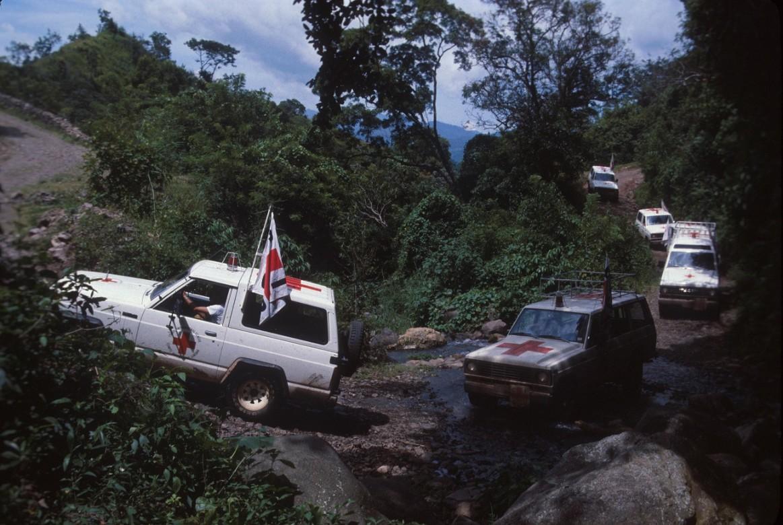 Convoy de ambulancias del CICR transporta a heridos de guerra.
