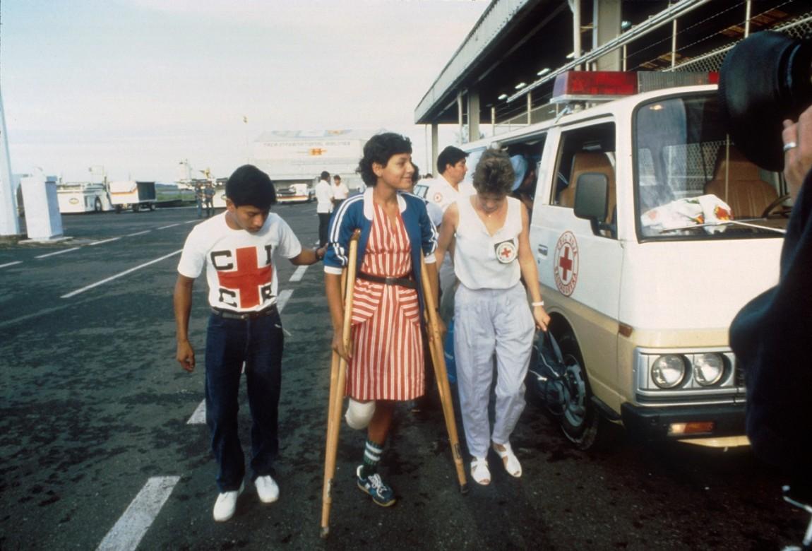 Heridos de guerra del Frente Farabundo Martí para la Liberación Nacional (FMLN), en el Aeropuerto de Comalapa para su evacuación a Cuba.