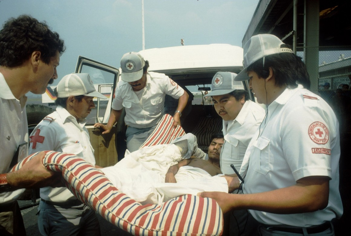 Evacuación de heridos de guerra en el Aeropuerto de Comalapa.