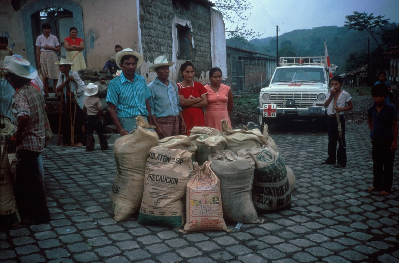 Entrega de paquetes agrícolas a personas retornando a sus lugares de origen.