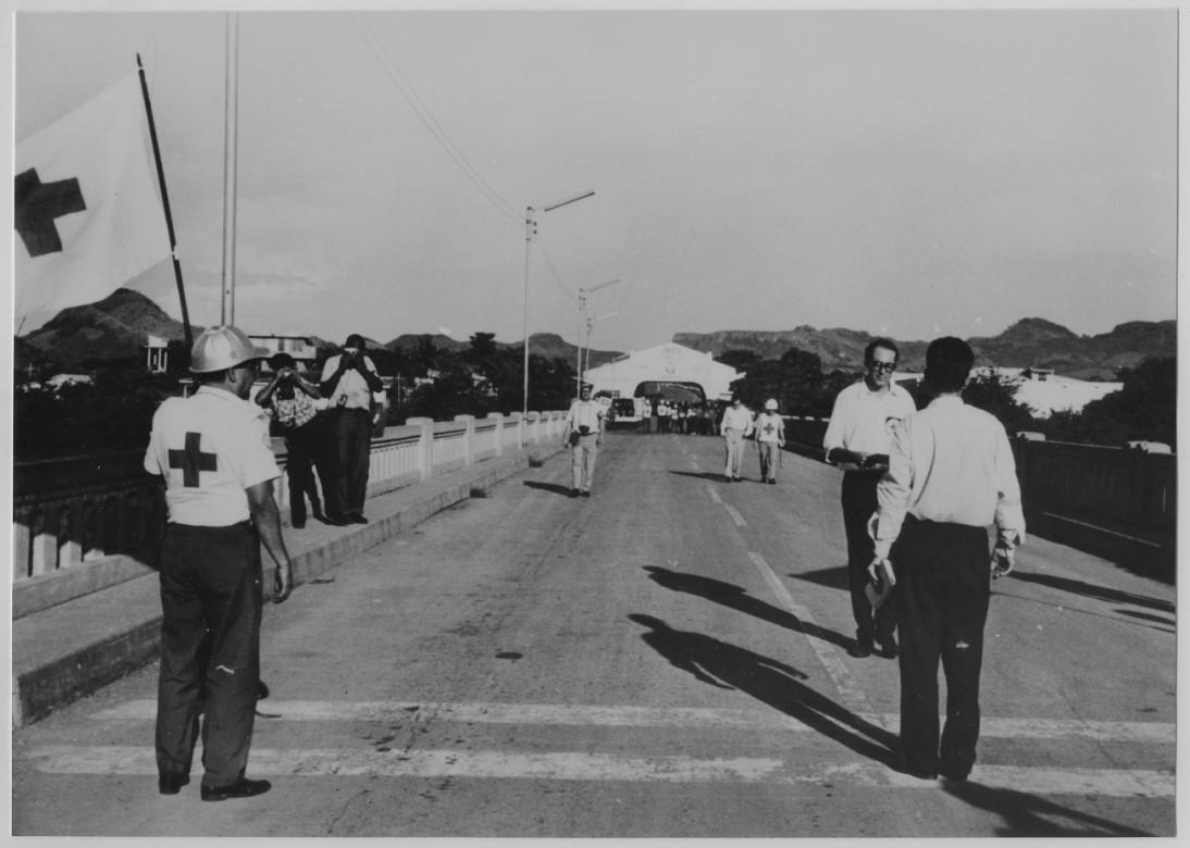 Delegados del CICR en la frontera antes de proceder al intercambio de prisioneros de guerra bajo el auspicio del CICR durante el conflicto entre El Salvador y Honduras en 1969.