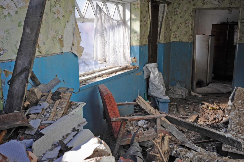 Oleksandrivka, cerca de Donetsk, Ucrania, 24 de febrero de 2015. Los escombros cubren el suelo de una casa en ruinas.