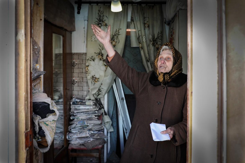 Oleksandrivka, cerca de Donetsk, Ucrania, 24 de febrero de 2015. Valentina señala los daños que ha sufrido su hogar.
