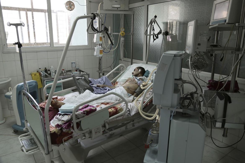 联军实施的进口限制导致局势更为严峻。照片中的这位伤员在3月20日萨那一座清真寺发生的自杀式炸弹袭击中受伤,如果医院用于治疗的氧气用尽,医务人员担心他会死掉。