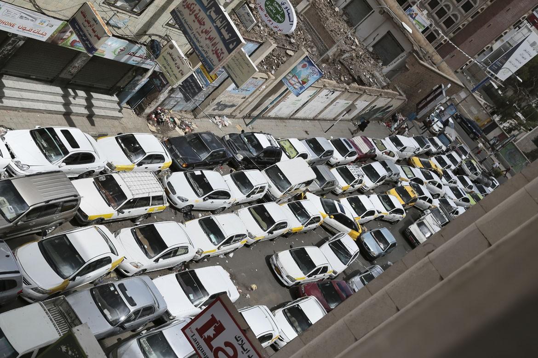 在萨那,每天早上加油站都排长队。