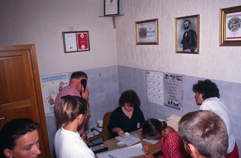 1995年波黑图兹拉地区,红十字寻人办事处。