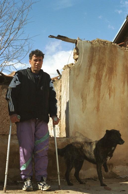 Местный житель и его пес, пострадавшие от мин.