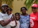 Bahamas después de Dorian: una voluntaria logra reunir a una mujer embarazada con su esposo y sus hijos