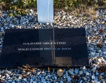 Islas Falkland/Malvinas: el trabajo del CICR para identificar a los soldados argentinos sepultados en el cementerio de Darwin prosigue según lo previsto