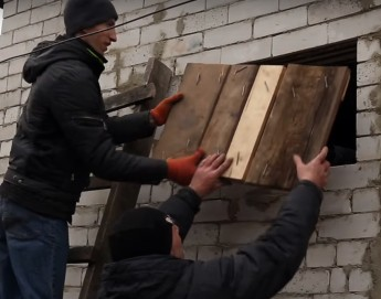 Ukraine: Residents rebuild war-damaged homes with ICRC support