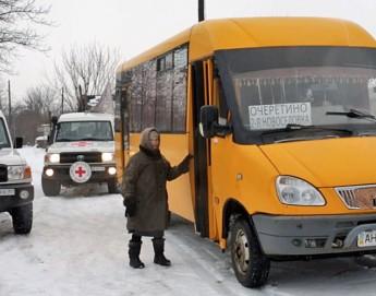Украина: жителей прифронтовых сел возят бесплатные автобусы МККК