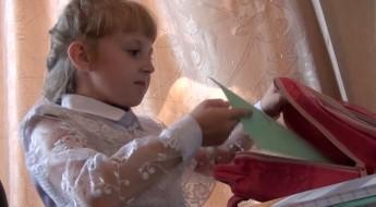 РФ: переселенцы с востока Украины собирают детей в школу вместе с МККК