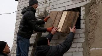 Украина: в прифронтовых районах МККК формирует ремонтные бригады из местных жителей