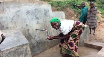 Burundi : de l'eau potable pour la population de la colline de Kabumba