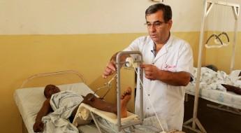 刚果金的战伤外科:为伤者提供新款牵引架