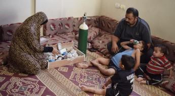 加沙:一位母亲带着三个患病的孩子艰难求生