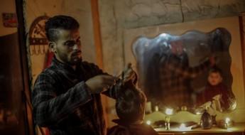 Une coupe de cheveux à la lueur des bougies : Gaza en images