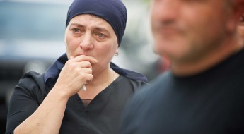 格鲁吉亚:家属收到失踪亲属遗体时悲喜交加