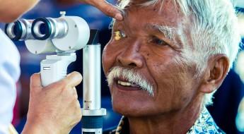 印尼布鲁群岛:白内障患者重见光明