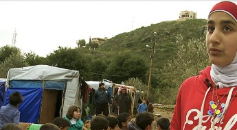 Une adolescente syrienne fait la classe à des enfants réfugiés au Liban
