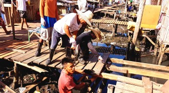 Philippines: Conflict-affected families rebuild their communities through cash-for-work