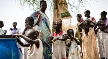 成千上万南苏丹民众栖身树下,急需水、食品和避难所