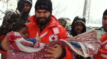 黎巴嫩:红十字救助山区中被大雪困住的叙利亚家庭