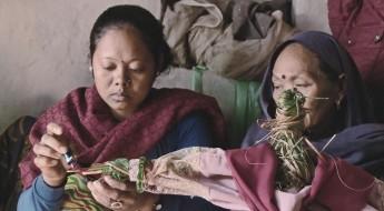 尼泊尔:武装冲突十年后,母亲为失踪女儿举行草人葬礼