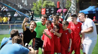 Ukraine: Conflict-affected children had a ball with football star Gaizka Mendieta