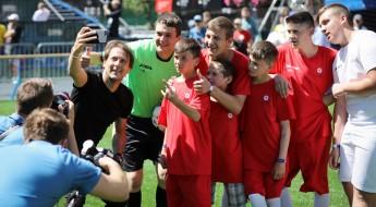 Украина: дети Донбасса сыграли матч со звездой футбола