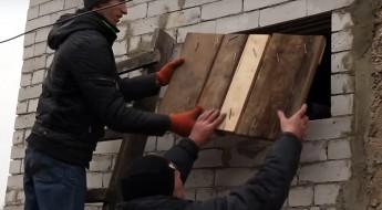 Ucrania: con apoyo del CICR, los residentes reconstruyen viviendas dañadas