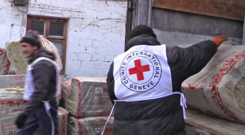Ukraine crisis: Delivering aid to Schastye on the front line