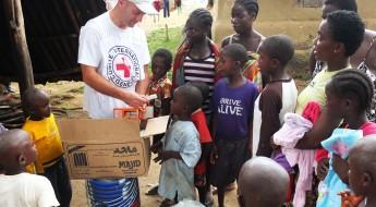 !L'équipe du CICR de Monrovia rend visite à des orphelins qui bénéficient de notre programme d'aide en espèces destiné aux survivants du virus Ebola.