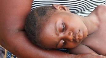 !Hawa Pubai (6) est une des nièces de Jenneh. Elle a contracté la malaria le mois dernier. Le CICR l'a donc orientée vers MSF pour qu'elle reçoive un traitement.