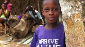 !Parmi les « enfants de Jenneh », dix vont à l'école grâce à une église de la communauté qui prend à sa charge la scolarité et l'uniforme. Jeff London en fait partie.