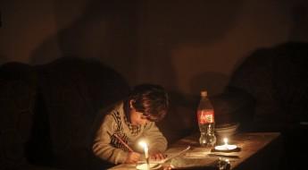 حياة على ضوء الشمع.. صور من غزة