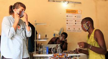 Mali : à la MCA, les détenus font des masques pour les visiteurs