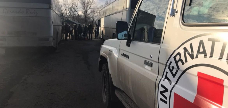 Украина: МККК принимает участие в освобождении и передаче более 300 задержанных