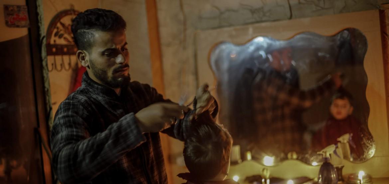 Un peluquero a la luz de las velas: Gaza en fotos