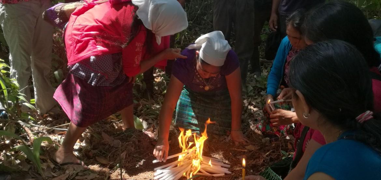 Familiar de 32 víctimas del conflicto armado rinde homenaje a sus seres queridos en Guatemala