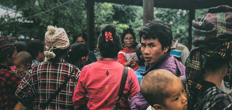 缅甸:克钦邦冲突升级,年轻妈妈背着婴儿艰难穿越丛林