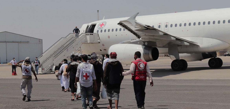 نقل أكثر من ألف محتجز سابق من النزاع اليمني إلى ديارهم