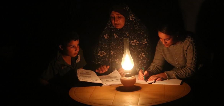 Gaza: una encuesta revela que los continuos cortes de energía eléctrica impactan de manera muy negativa en las familias, de por sí agotadas