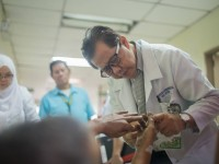 Philippines: Tireless doctor treats without any breaks or bias