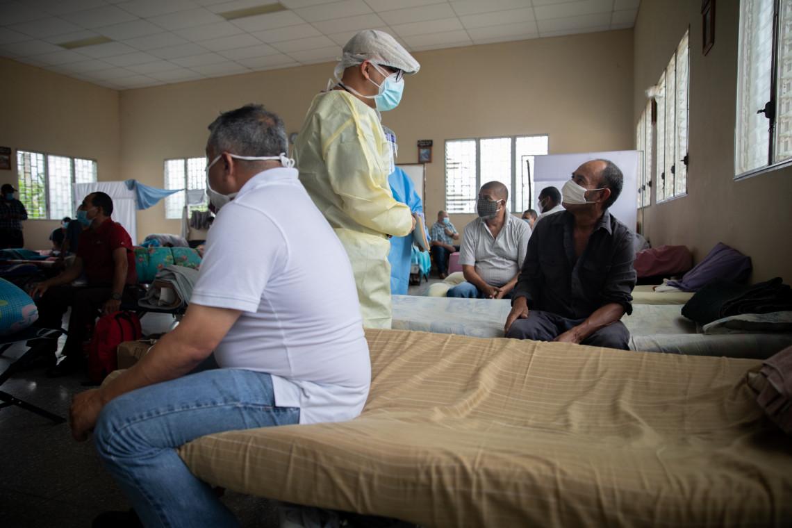 Personal médico de la Secretaría de Salud durante una visita de evaluación a los privados de libertad en aislamiento en el RAC de la iglesia católica de la Penitenciaria Nacional de Támara. Foto: Tomás Ayuso/CICR