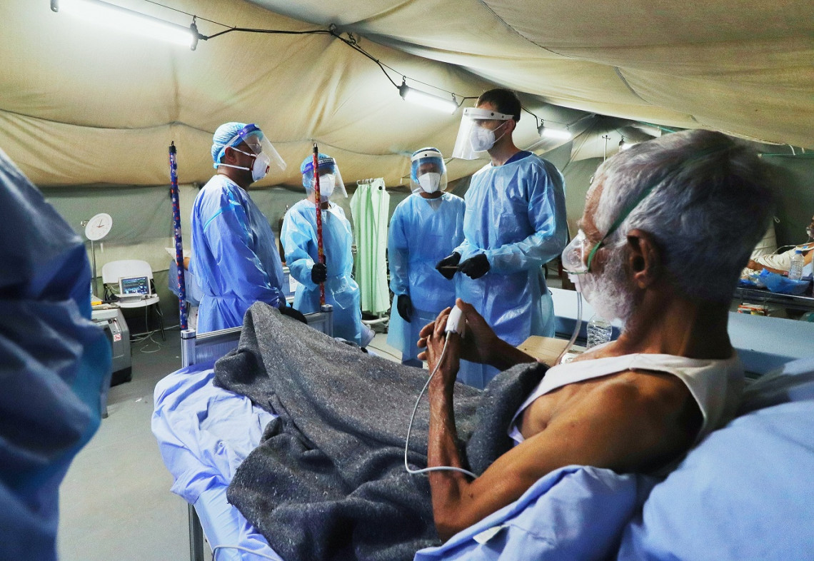 A suspected Covid-19 patient being medically inspected at the ICRC-supported Covid-19 care center in Aden. 2021.05.10 Credit: Mubarak Saeed/ICRC
