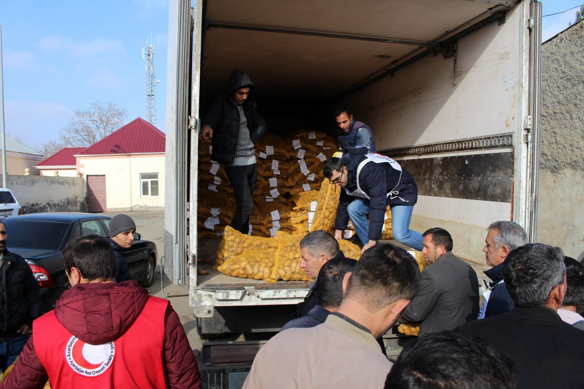 Potato seed distribution under way in Goranboy district, Azerbaijan. Amil Hasanov / ICRC