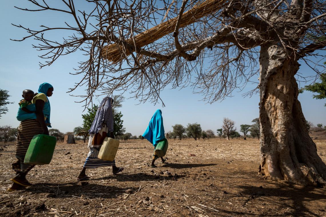 La corvée d'eau incombe généralement aux femmes et aux filles, qui sont ainsi obligées de délaisser leurs activités génératrices de revenus et réduire le temps alloué à la vie de famille. Samuel Turpin/CICR