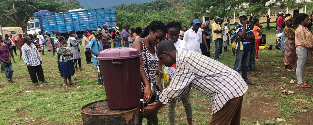 Lavage des mains obligatoire pour les bénéficiaires avant une distribution d'articles essentiels. Photo : CICR